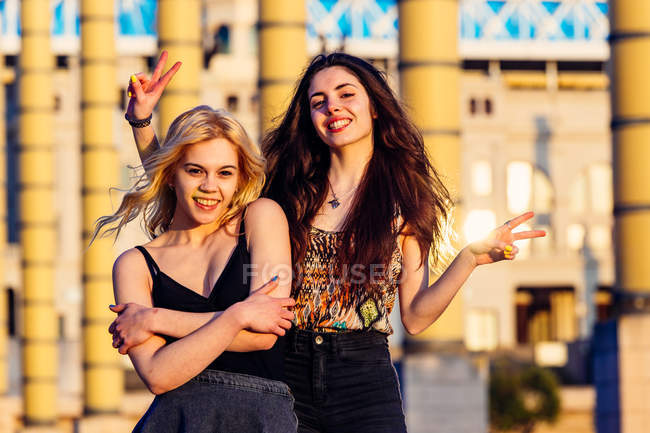 Две девушки позируют в городской сцене — стоковое фото