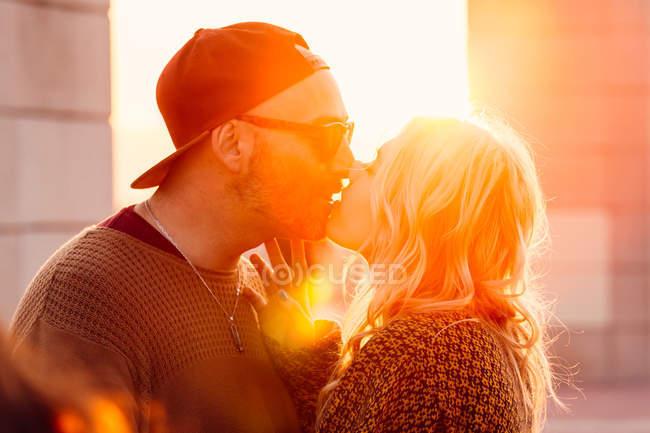 Couple baisers dans la scène urbaine — Photo de stock