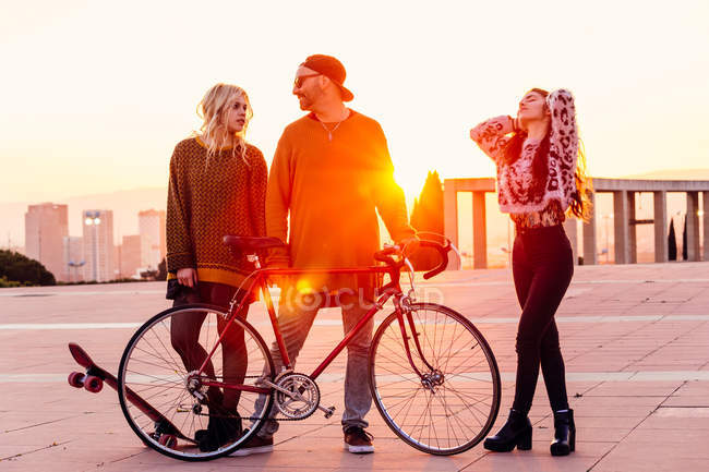 Friends standing over sunset — Stock Photo