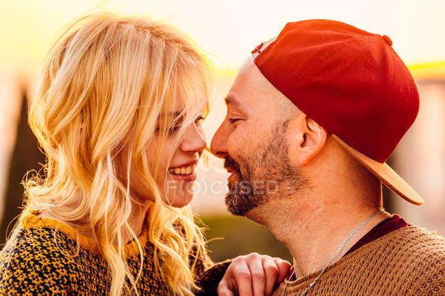 Пара, смотрящая друг на друга — стоковое фото