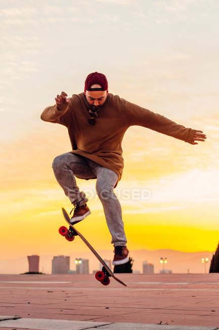 Homme faisant truc ollie sur planche à roulettes — Photo de stock