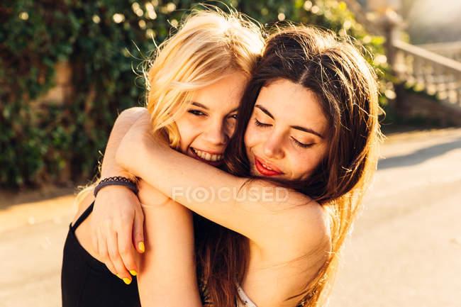 Due ragazze abbracciarsi — Foto stock