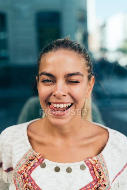 Flertando jovem mulher — Fotografia de Stock
