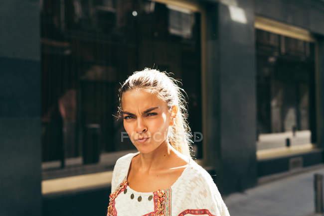 Сделать серьезные гримаса женщина — стоковое фото