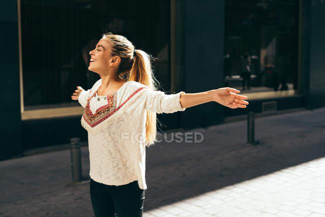 Сміється жінка, виріс руками — стокове фото