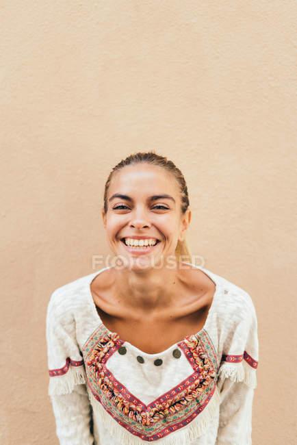 Donna bionda sorridente — Foto stock