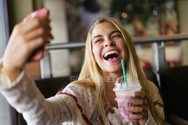 Allegro donna prendendo selfie — Foto stock