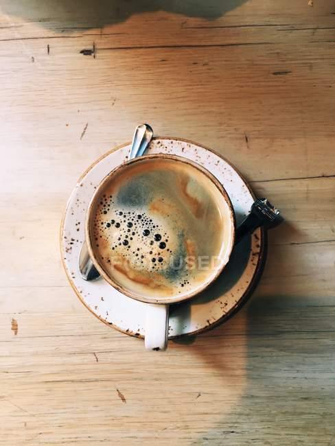 Чашка черного кофе с ложкой — стоковое фото