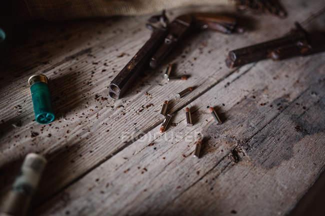 Oldtimer-Pistolen und Kugeln auf dem Tisch — Stockfoto
