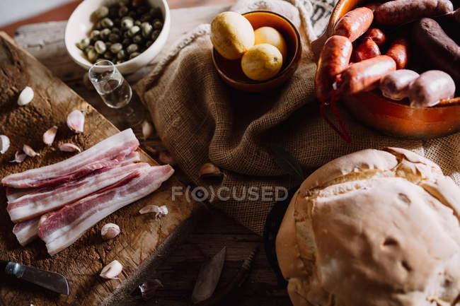Stillleben mit Tisch mit Essen — Stockfoto