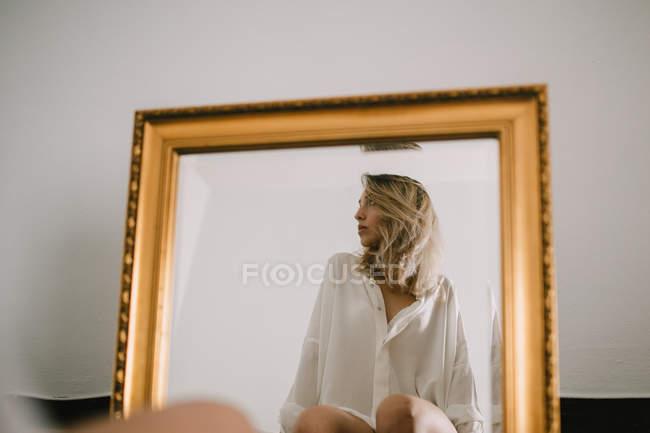 Reflexão muito feminino jovem — Fotografia de Stock