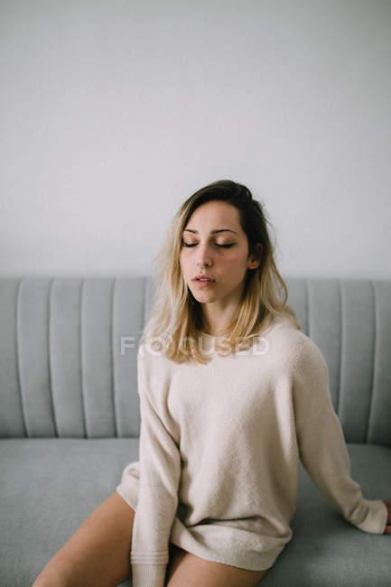 Schläfriges Weibchen auf der Couch — Stockfoto
