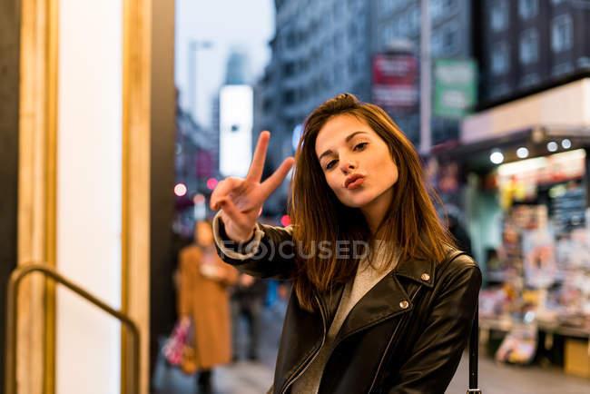 Femme gesticulant avec doigts — Photo de stock