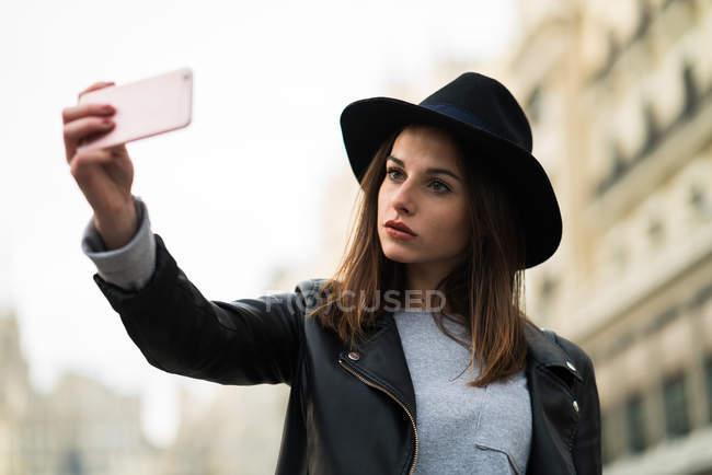 Frau tut Selfie auf der Straße — Stockfoto