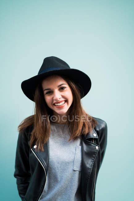 Lächelnd trägt Hut — Stockfoto