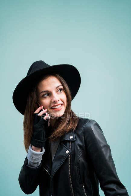 Junge Frau sprechendes Telefon — Stockfoto