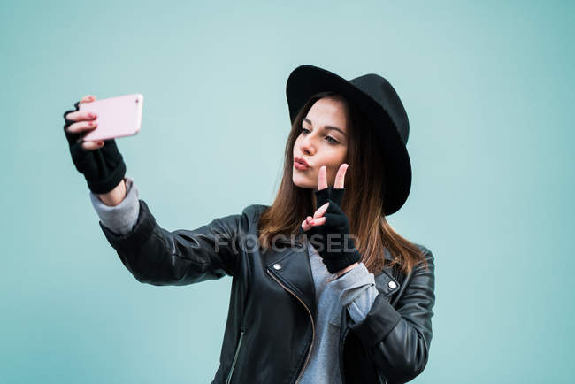 Junge Frau nehmen selfie — Stockfoto