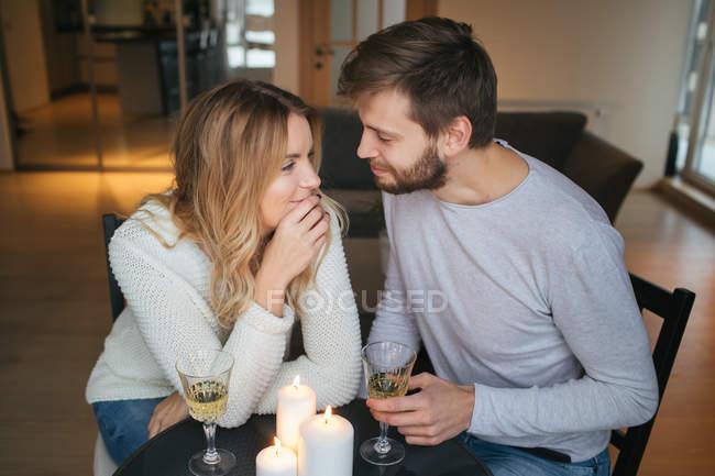 Par conversando e segurando copos de vinho — Fotografia de Stock