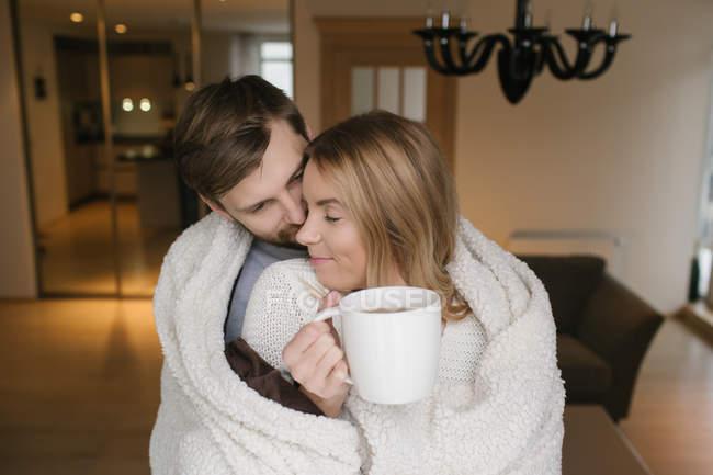 Paar umarmt sich mit Plaid — Stockfoto
