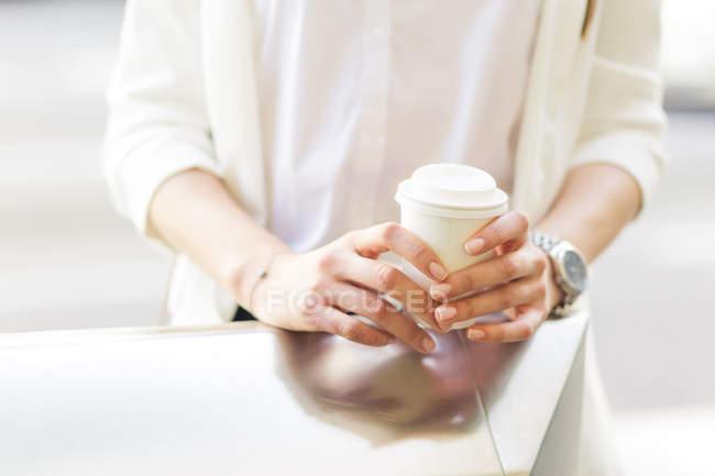 Жінка з кавою. — стокове фото