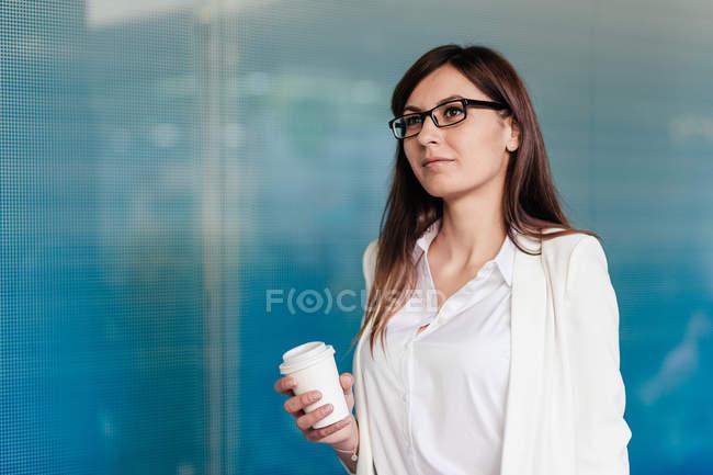 Елегантний сміється жінка з каву йти — стокове фото