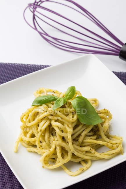 Spaghetti avec sauce pesto sur plaque carrée — Photo de stock