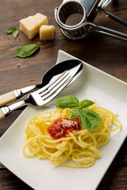 Spaghetti à la sauce tomate sur plaque carrée — Photo de stock