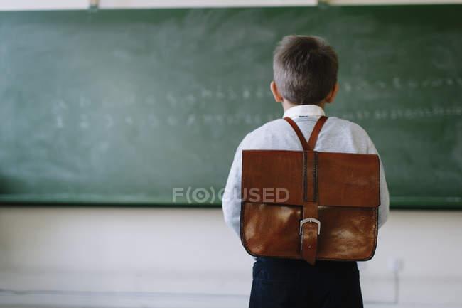 Хлопчик з портфель у класі — стокове фото