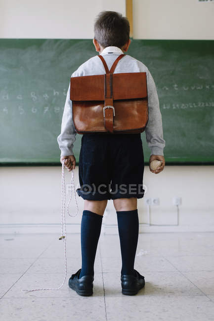 Garçon avec cartable en salle de classe — Photo de stock