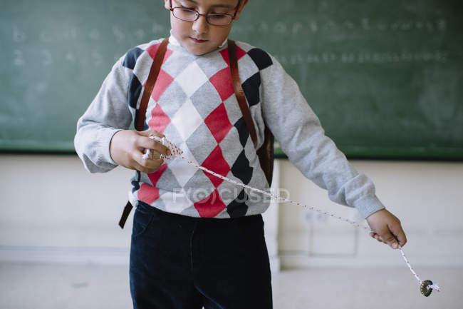 Мальчик с игрушкой в классе — стоковое фото