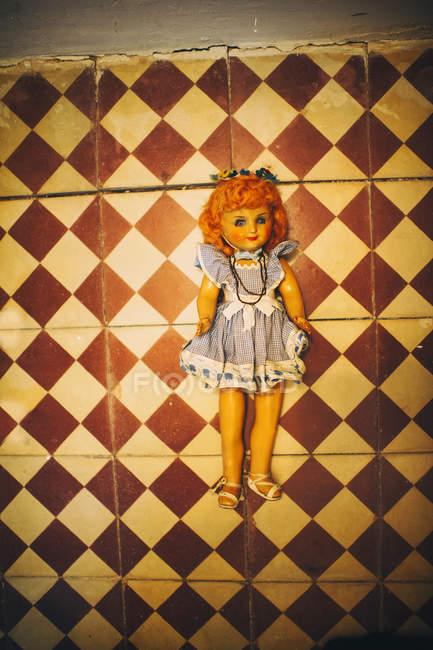 Abandonné creepy doll sur plancher — Photo de stock