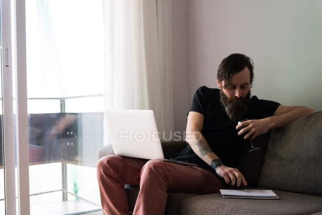 Uomo barbuto che prende appunti — Foto stock