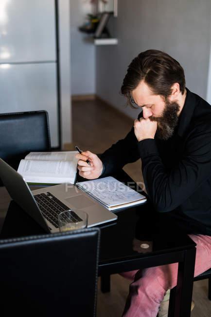 Чоловік працює вдома. — стокове фото