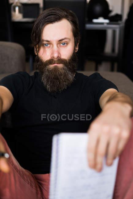 Homem bonito com bloco de notas — Fotografia de Stock