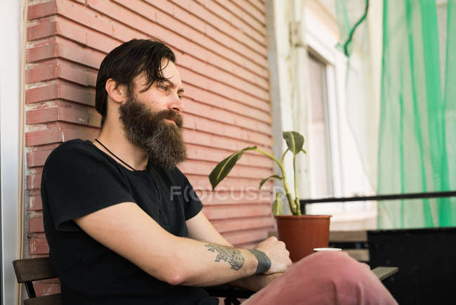 Nachdenklicher Mann sitzen auf der Terrasse — Stockfoto
