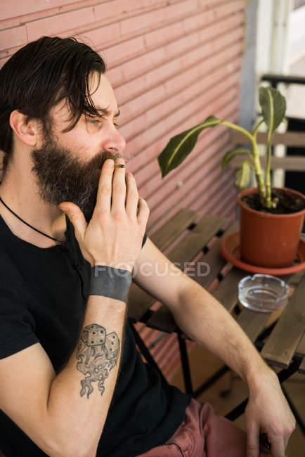 Uomo fumatori in terrazza — Foto stock