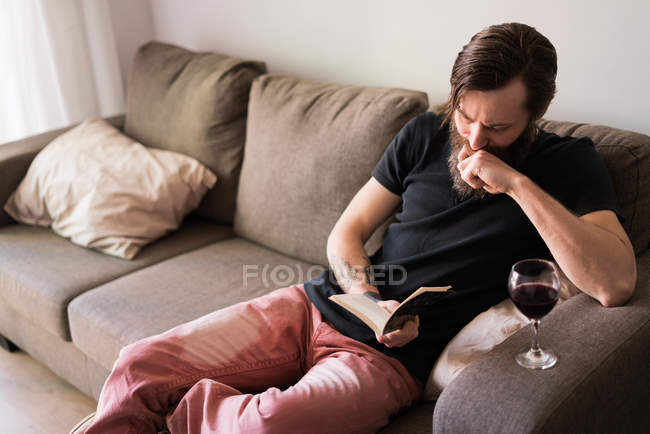 Man liest in einem Buch zu Hause — Stockfoto