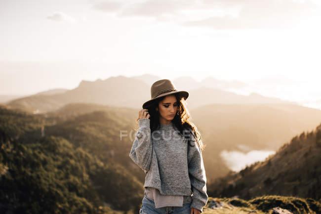 Femme debout dans les montagnes — Photo de stock