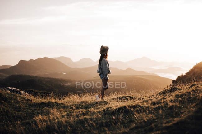 Pretty woman walking in mountains — Stock Photo