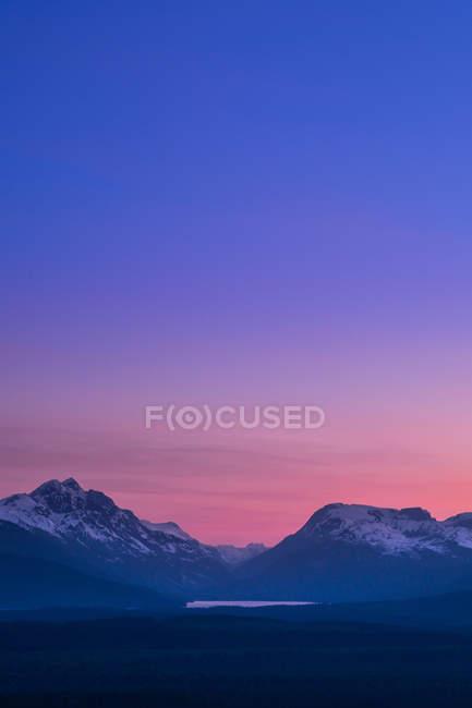 Montagnes au crépuscule — Photo de stock