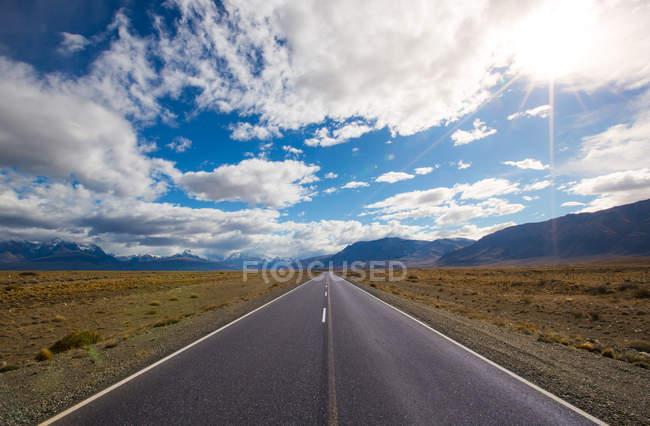 Longa estrada de perspectiva nas montanhas — Fotografia de Stock