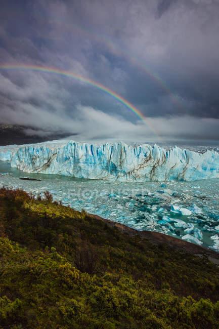 Arcobaleno sopra il ghiacciaio — Foto stock