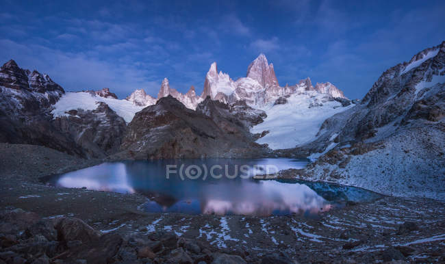 Lake in snowy rocky mountains — Stock Photo