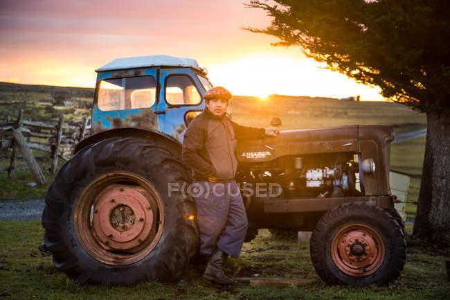 Uomo maturo posa vicino camion campo — Foto stock