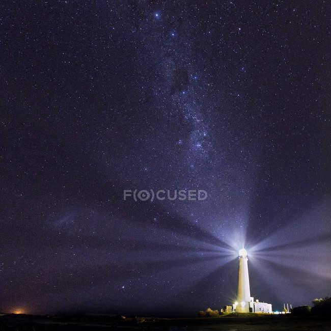 Leuchtturm in der Nacht brennen — Stockfoto