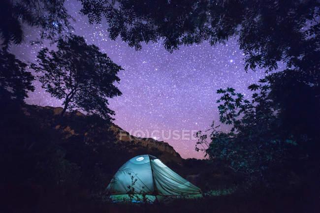Tenda sob o céu estrelado — Fotografia de Stock