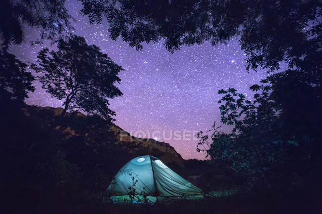 Tent under starry sky — Stock Photo