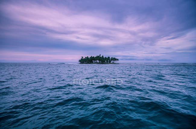 Île dans l'océan sous un ciel coloré — Photo de stock