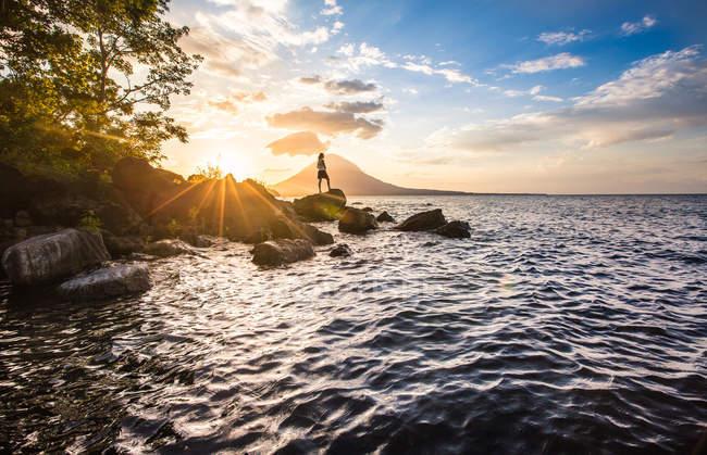 Анонімні людина на тропічний берег — стокове фото