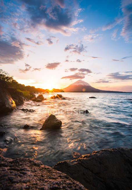 Vue pittoresque sur les rochers au bord de l'océan — Photo de stock